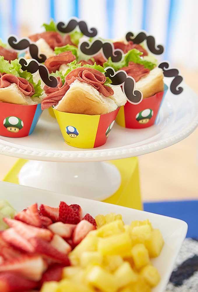 Que tal servir os sanduíches dentro de copinhos feitos de papel e todo personalizado?
