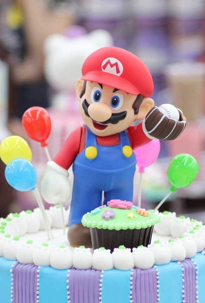 No topo do bolo coloque o boneco do Mario Bros.