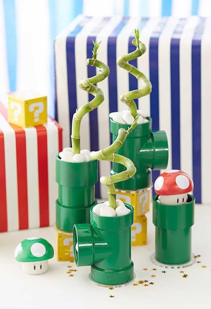 Pegue alguns canos e pinte na cor verde e enfeite com alguns detalhes para parecer alguns elementos da Turma do Mario Bros.
