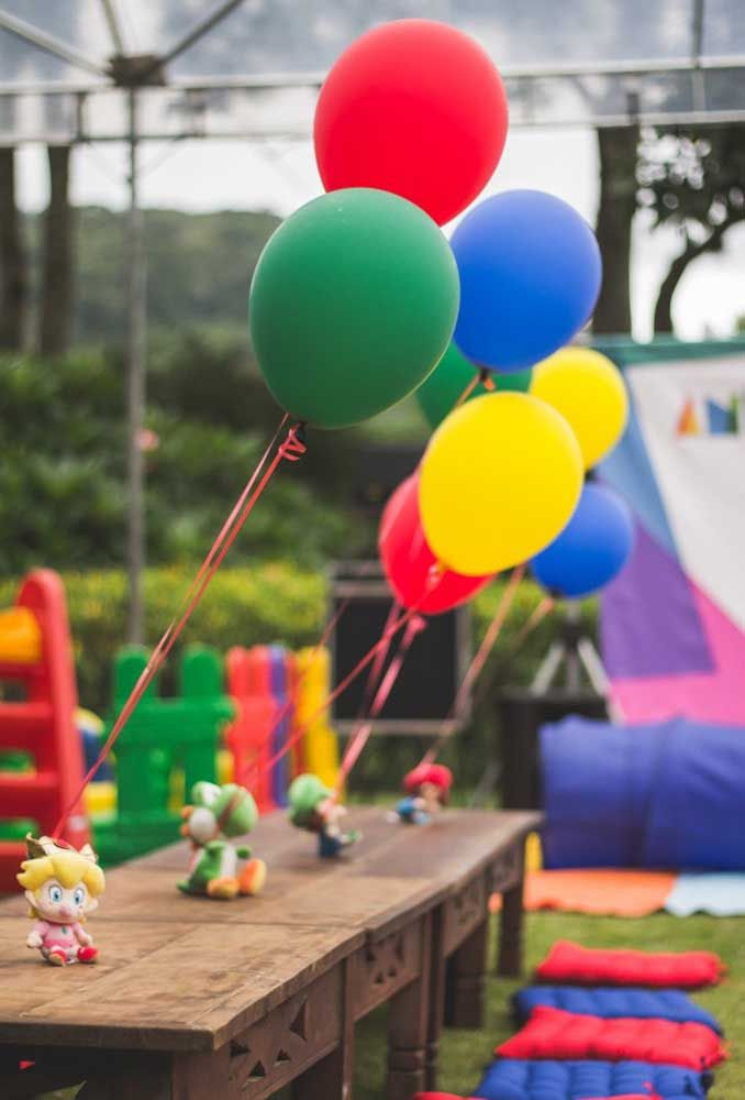 Veja que ideia original de amarrar as fitas dos balões nos bonequinhos dos personagens.