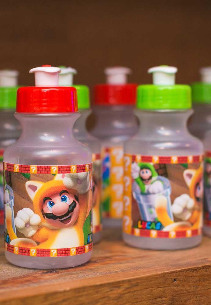 Distribua garrafinhas de água para as crianças, mas personalize com o tema da festa.