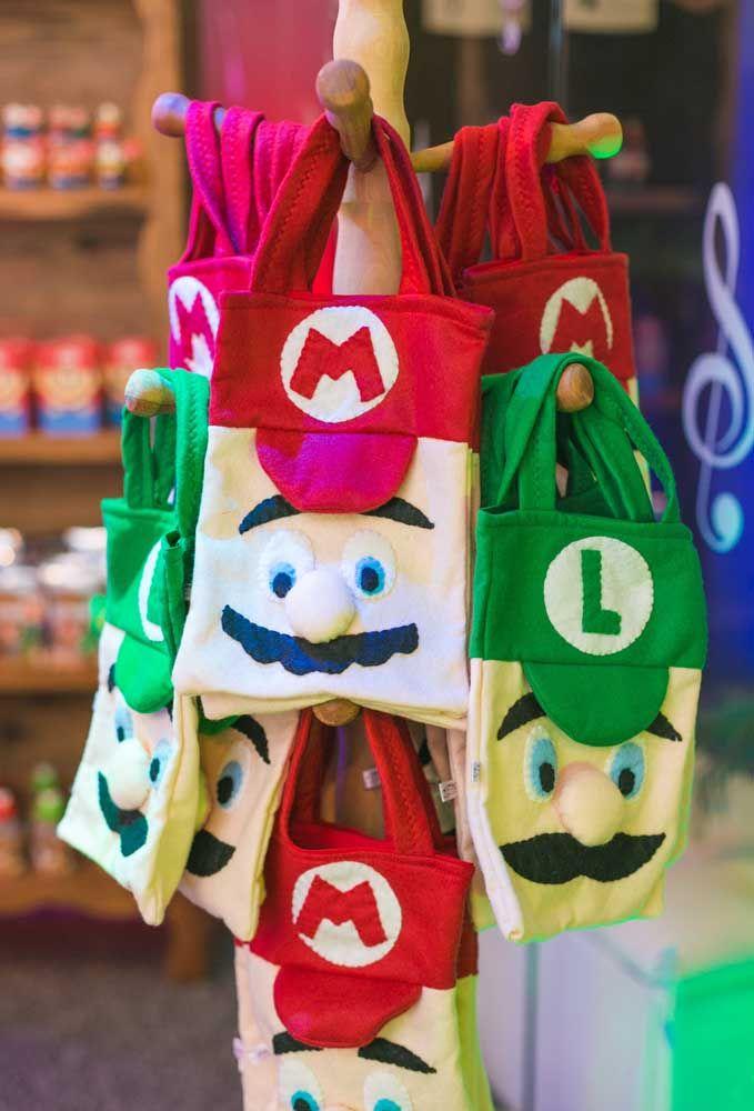 Para diferenciar as crianças, faça sacolas de lembrancinhas com o Mario Bros e seu irmão Luigi.