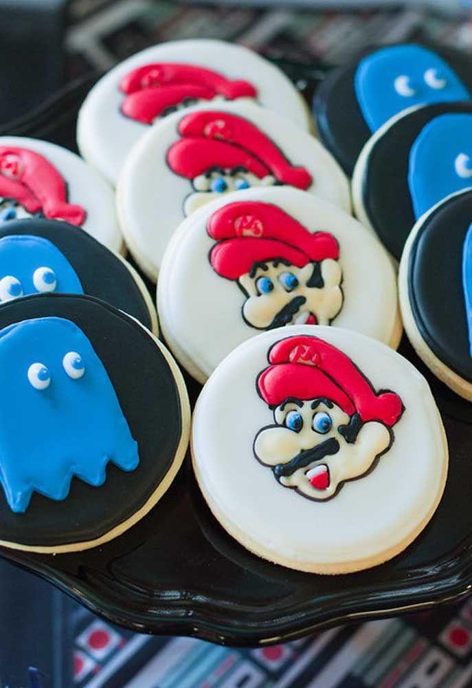 Use pasta americana para personalizar os personagens nos biscoitos e bolachas.