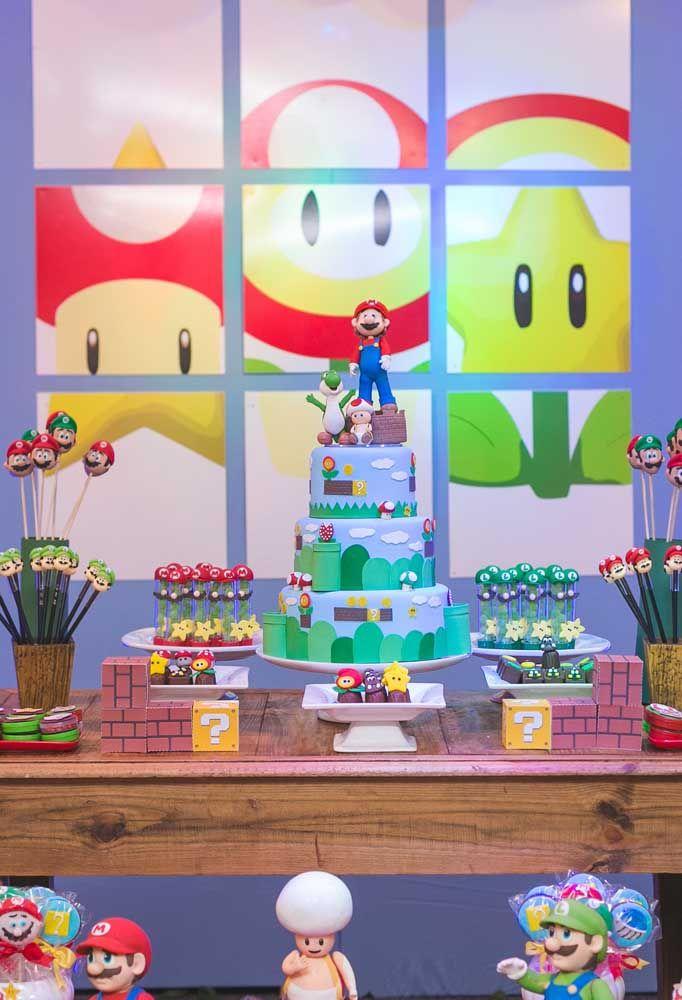 Capriche na mesa do aniversário com um bolo enorme e muitas guloseimas. Para decorar, use alguns bonecos dos personagens e faça um lindo painel.