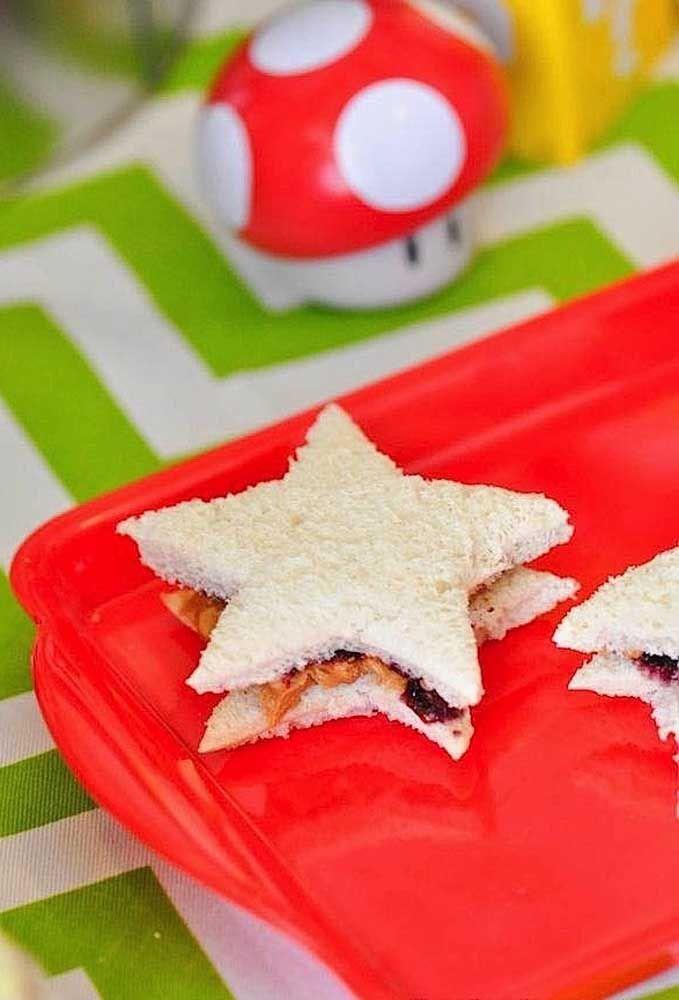 Corte os sanduíches no formato de estrelinhas.