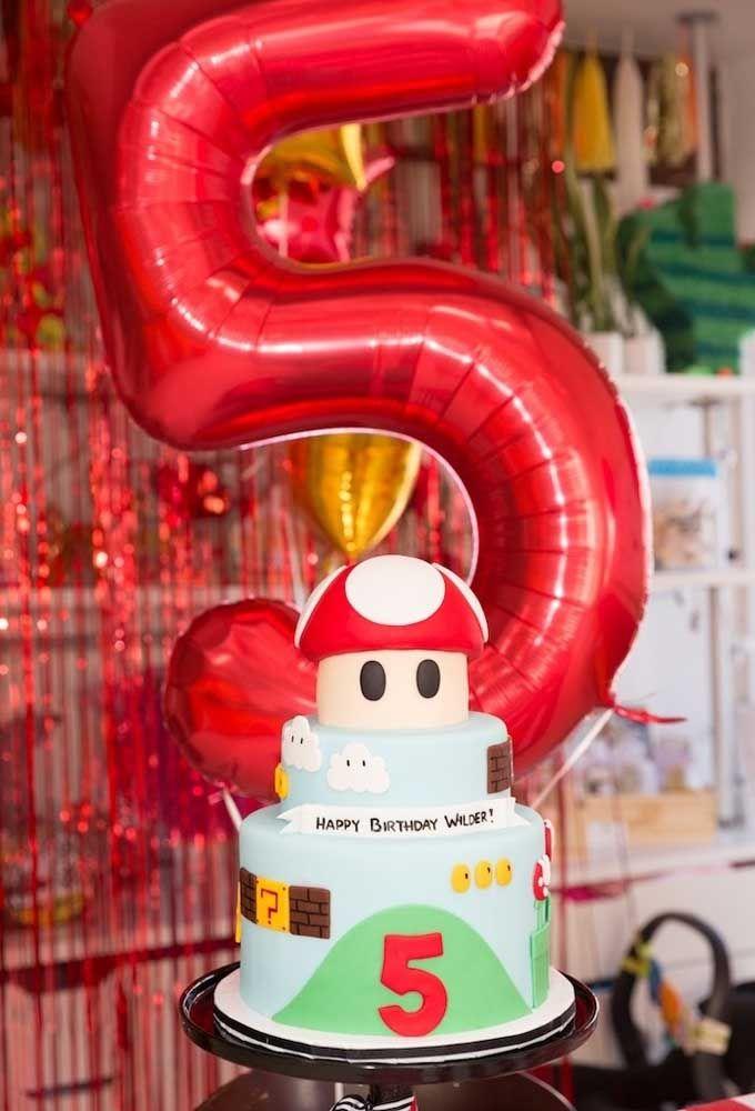 Para ilustrar a idade do aniversariante, use o balão metálico na cor do tema da festa.