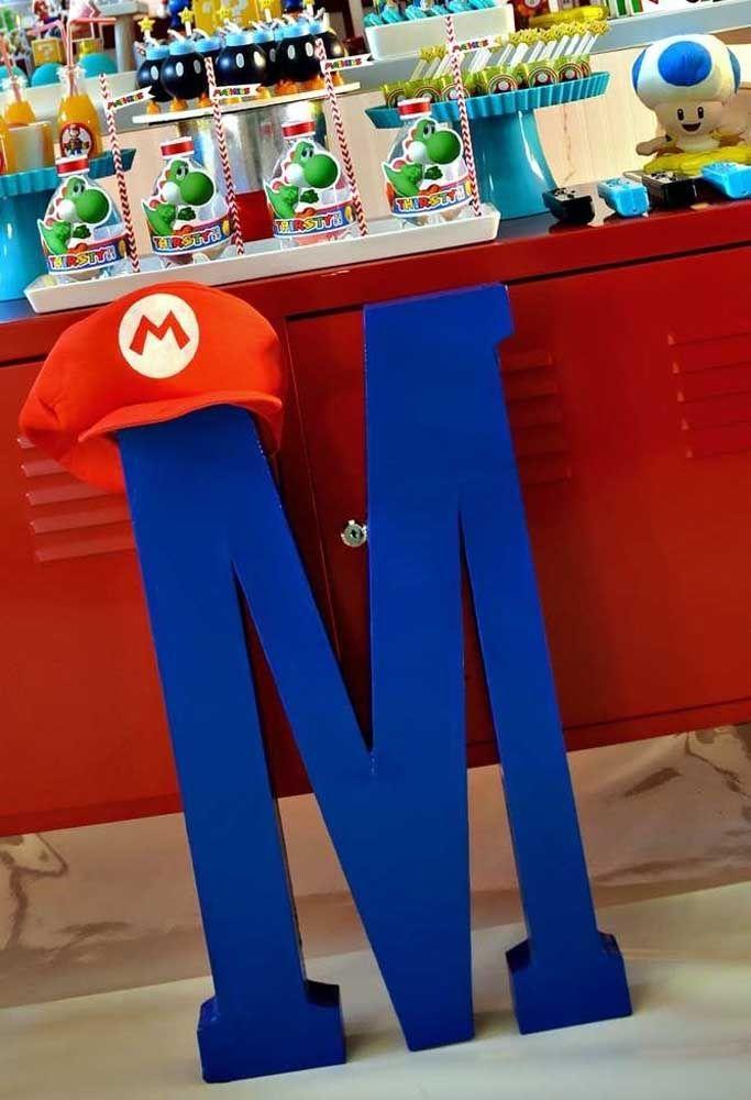 O chapéu do Mario Bros já é um elemento característico do jogo. Coloque-o como destaque em cima da letra M bem na frente da mesa principal.
