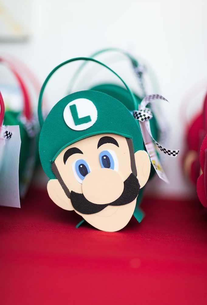 Prepare umas bolsinhas com a cara do Mario Bros e Luigi e coloque guloseimas dentro para entregar como lembrancinha da festa.