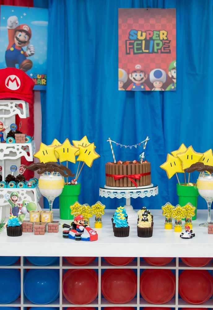 O bolo pode ser simples, mas a mesa principal precisa ser caprichada.