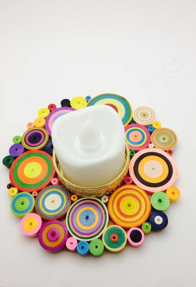 Círculos coloridos e em tamanhos variados formam a base desse trabalho em quilling