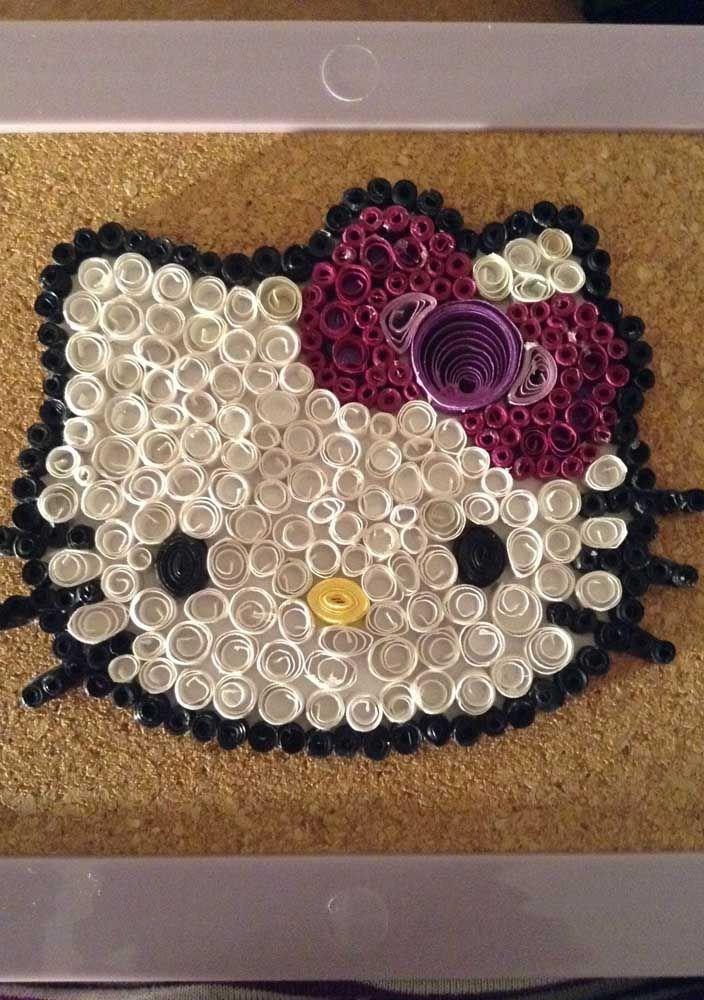 Aqui, os rolinhos de quilling foram usados para formar um quadro da Hello Kitty; a cortiça foi usada para criar o fundo do artesanato