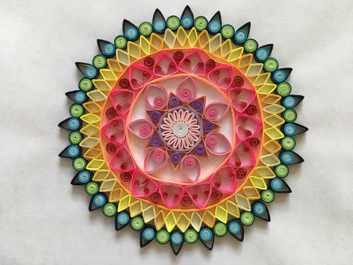 Mas quem deseja apostar nas cores, uma mandala quilling é perfeita