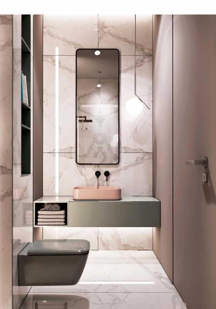 Se o seu banheiro é moderno e minimalista aproveite os nichos para organizar itens importantes, mas sem perder de vista o aspecto decorativo