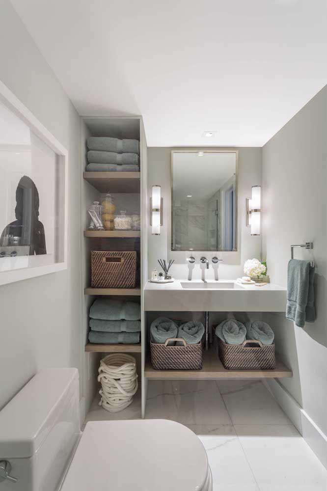 Os cestos de vime e as toalhas de tom azul não são mero objetos do dia a dia, são itens importantes na composição visual do banheiro