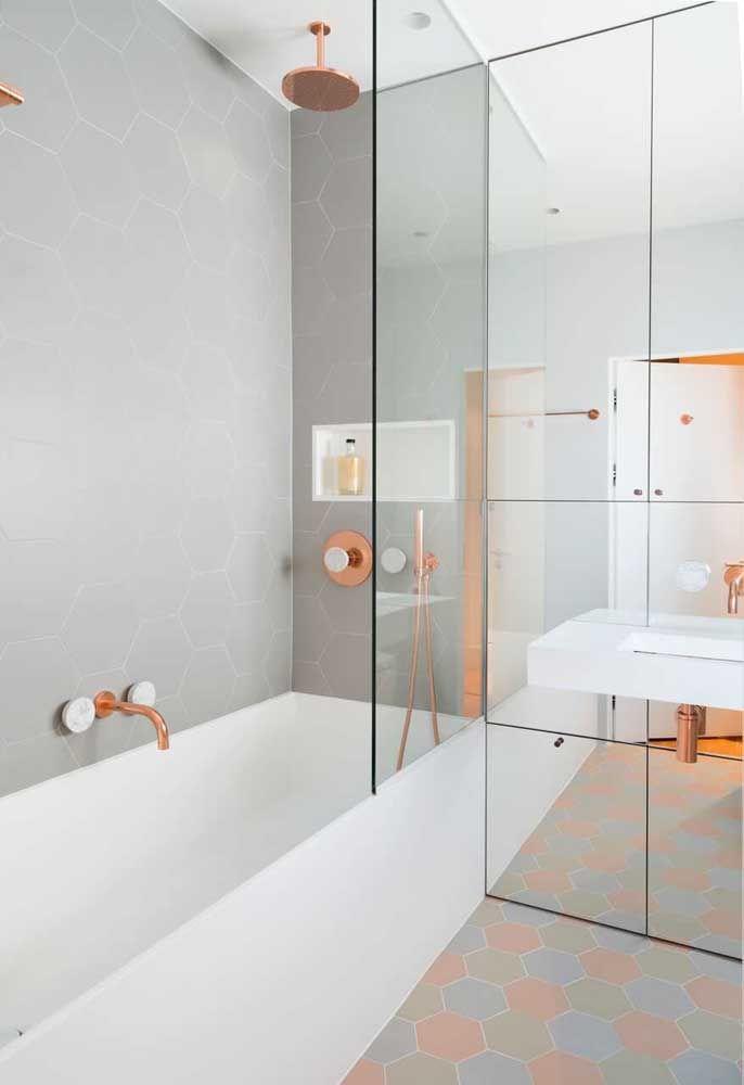 O pequeno nicho branco forma uma combinação perfeita com os metais rosé gold