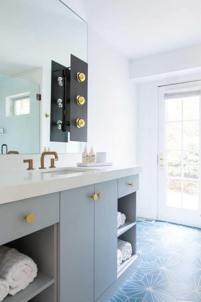 Mescle o armário do banheiro com partes fechadas e nichos abertos