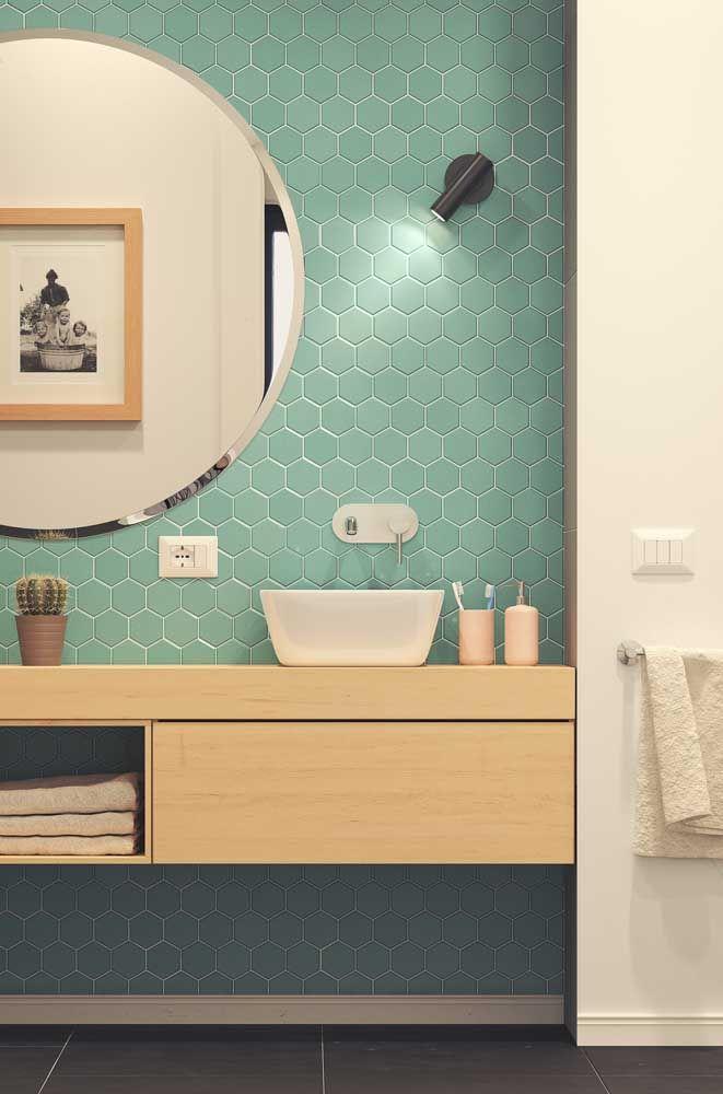 O pequeno nicho sob a bancada foi utilizado para organizar as toalhas de banho