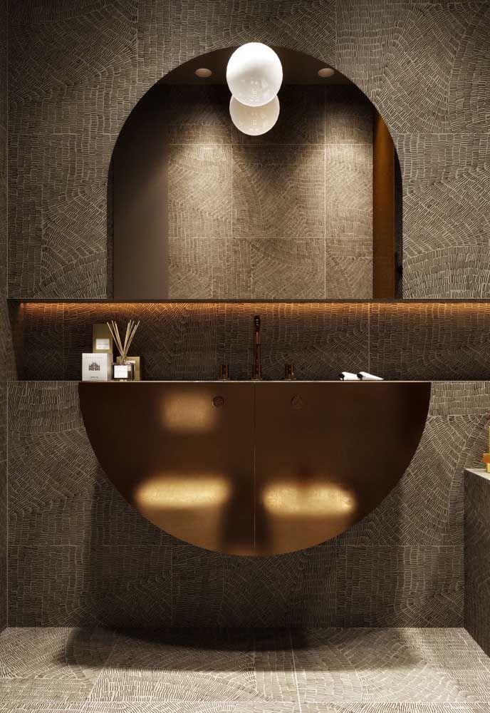 Nesse banheiro cheio de estilo o nicho atua como parte do desenho formado entre espelho e bancada