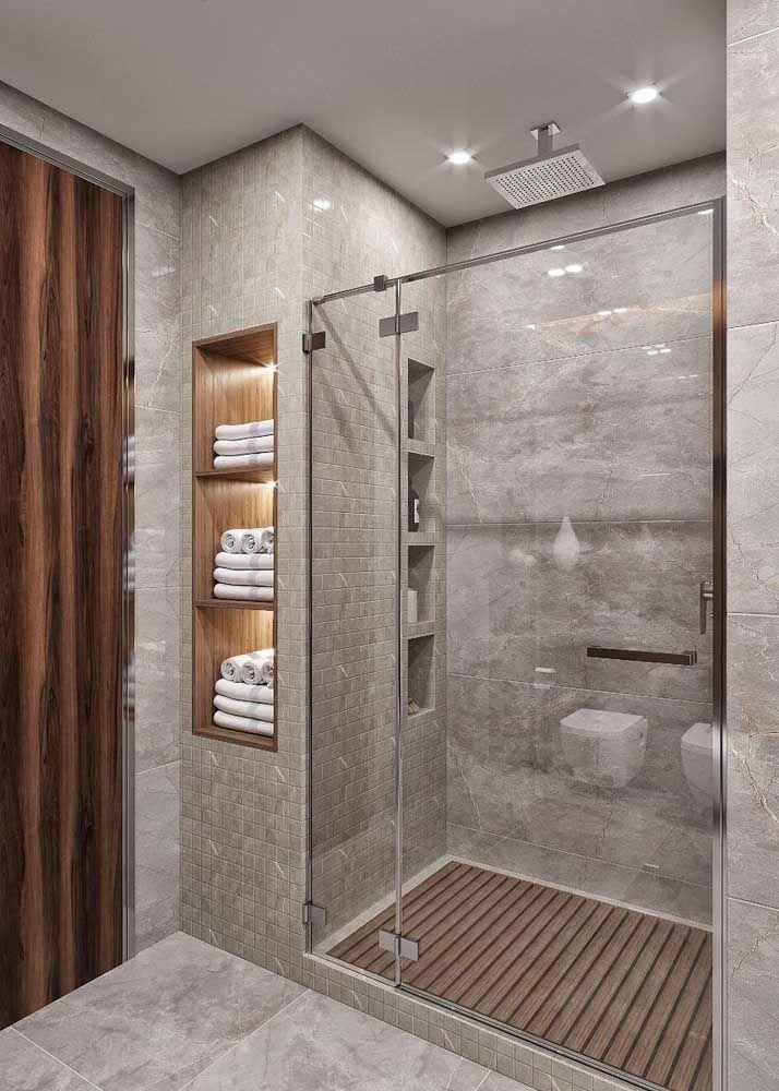 Do lado de dentro e do lado de fora, cada um atendendo as necessidades de uma parte do banheiro