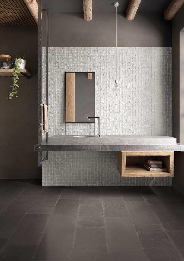 O nicho de madeira traz aquele toque de conforto e aconchego para o banheiro com bancada de cimento queimado