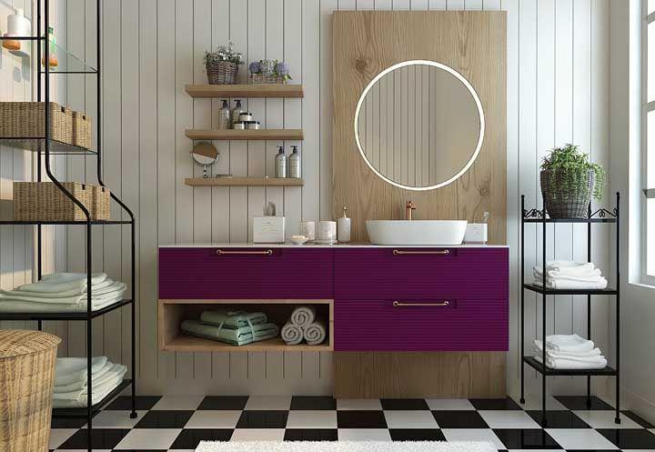 Nichos, prateleiras e pequenas estantes: a graça desse banheiro é deixar tudo aparecendo