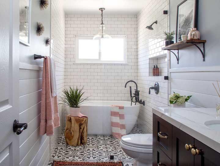 Banheiros românticos e retrôs precisam, de verdade, de nichos e prateleiras para reforçar o estilo da decor