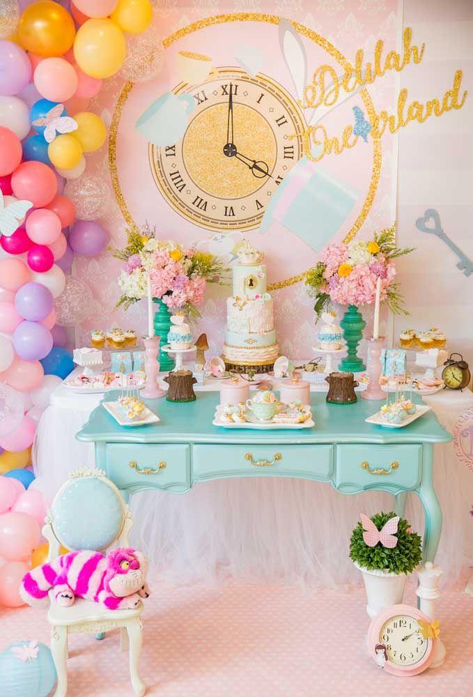 A festa com o tema Alice no País das Maravilhas pode ser usada tanto para aniversários de crianças quanto para adolescentes.