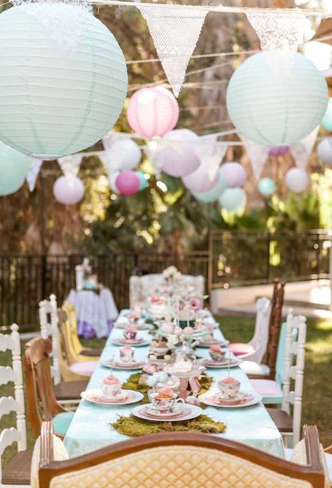 O chá não pode faltar na hora de servir os convidados, já que a tradição faz parte do tema Alice no País das Maravilhas.