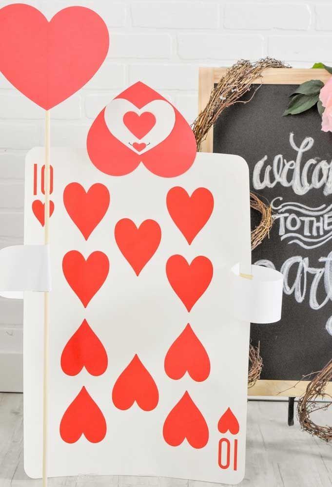 Faça a decoração da festa usando as cartas de baralho no tamanho grande.