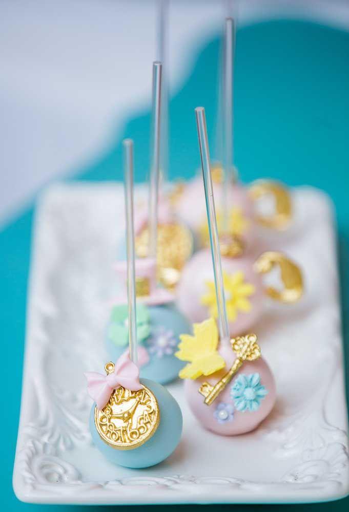 Os cake pops podem ser personalizados com os elementos que fazem parte do cenário da Alice no País das Maravilhas.