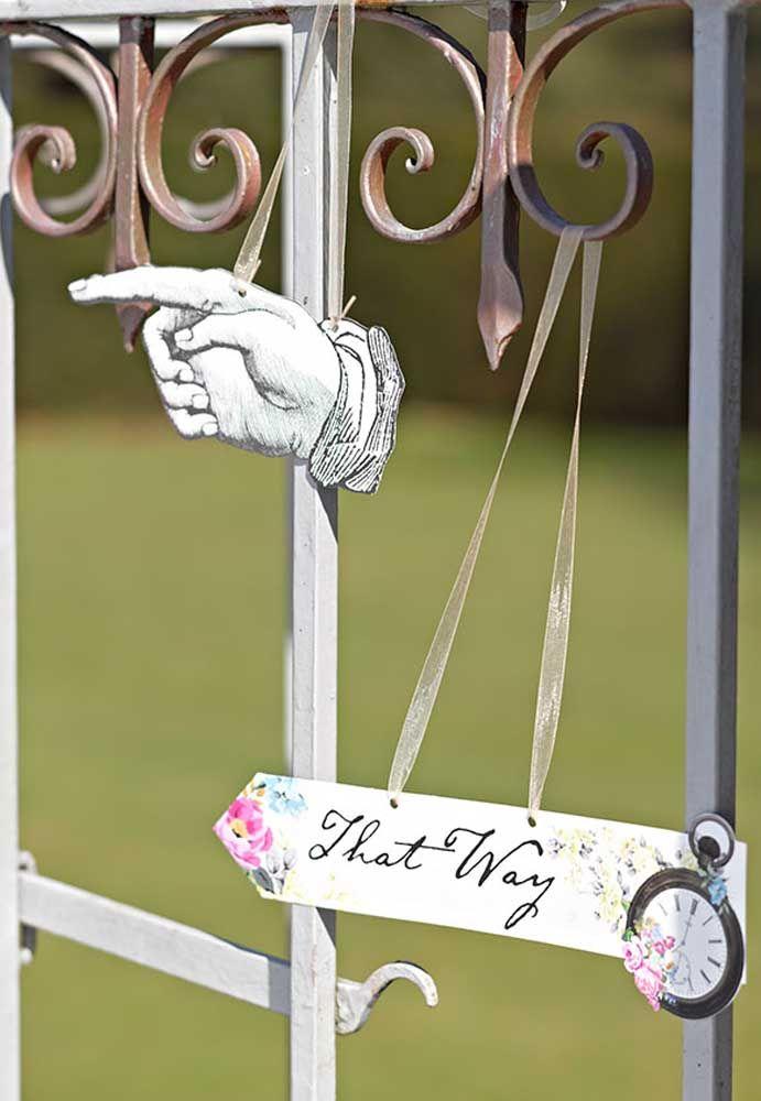 Não deixe de decorar a frente da festa com as indicações do evento para os convidados não se perderem.
