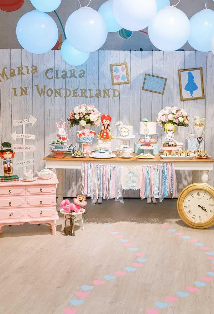 Saiba que é possível criar um cenário da Alice no País das Maravilhas com bonecos no estilo baby para os aniversários infantis.