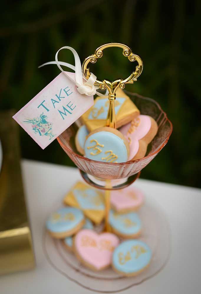 Coloque vários biscoitos personalizados pela festa para os convidados se servirem à vontade.
