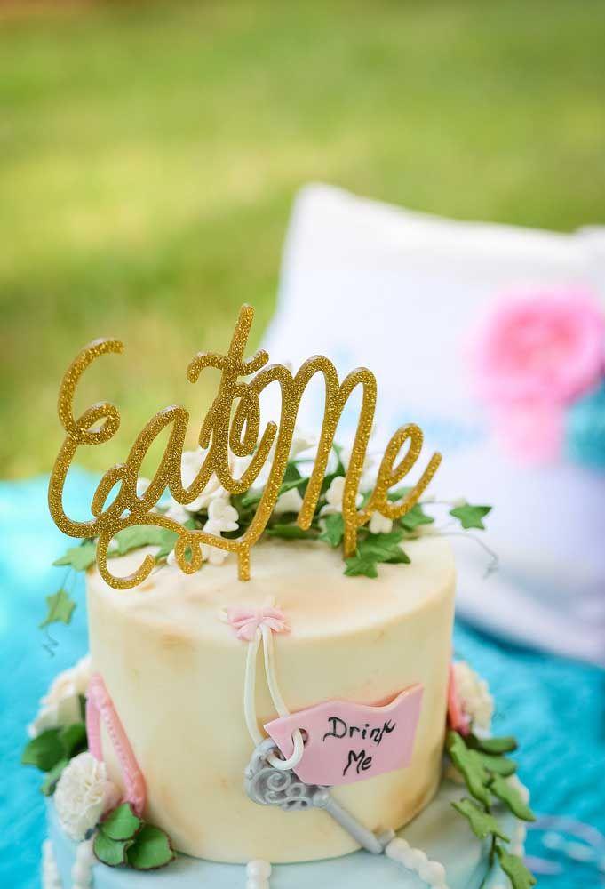 Use pasta americana para fazer uma decoração diferenciada no bolo da Alice no País das Maravilhas.