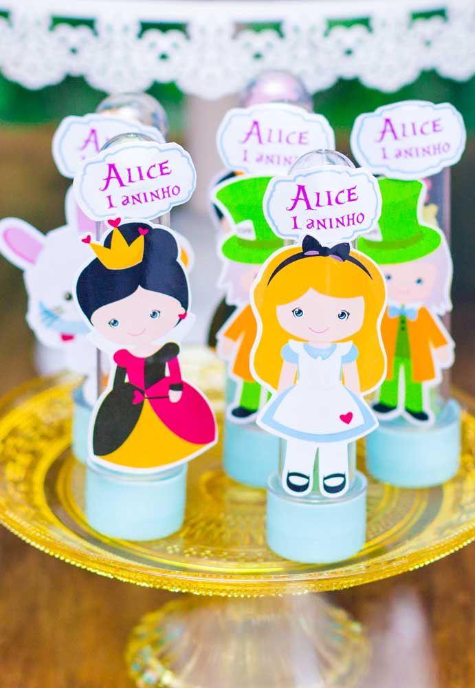 Para o aniversário de 1 ano personalize as embalagens de guloseimas com bonecas de papel que representam os personagens.
