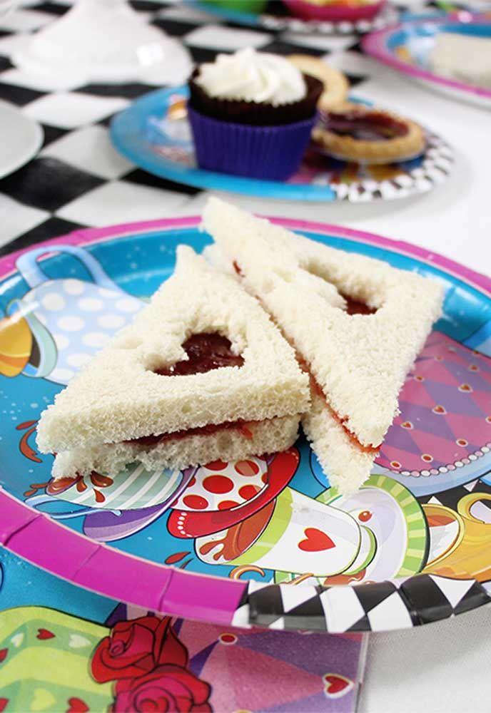 Corte os sanduíches no formato de elementos que fazem parte da história da Alice no País das Maravilhas.