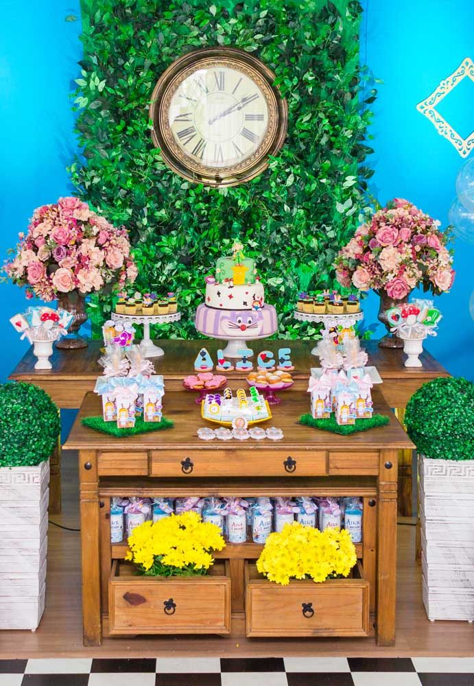 Use bastante flores e folhas para fazer uma decoração que lembre a floresta da Alice no País das Maravilhas.