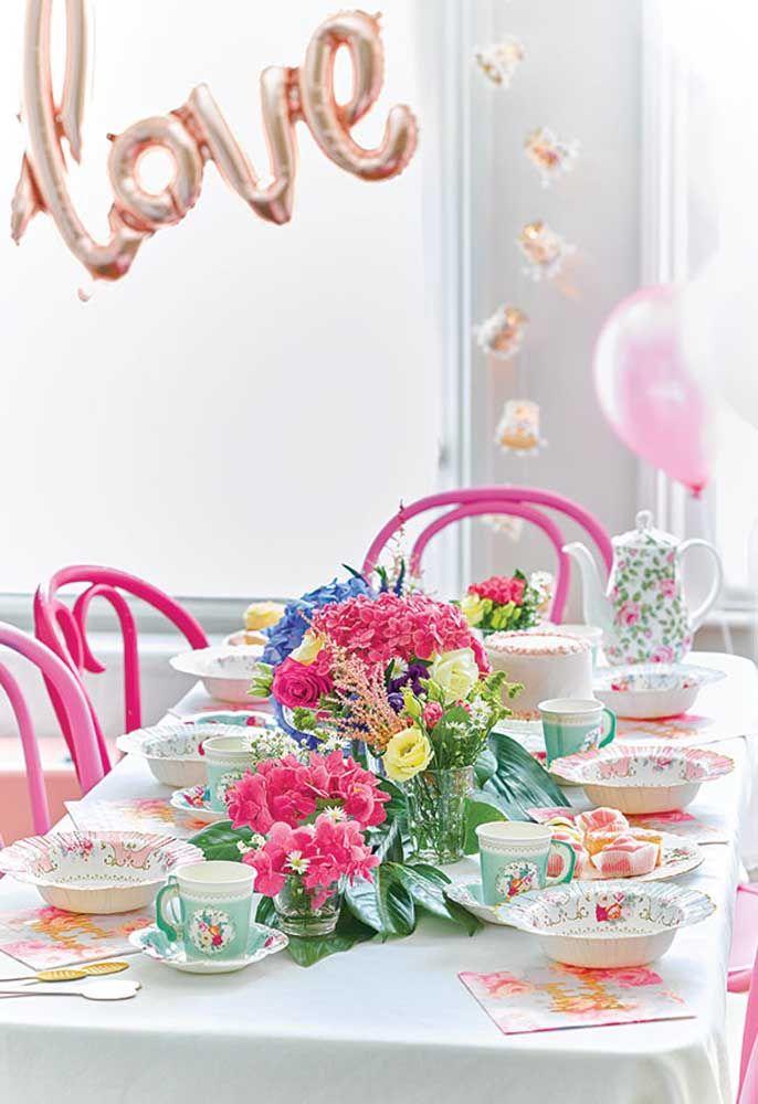 Ao invés de fazer uma enorme festa, prepare um chá da tarde para comemorar o aniversário no estilo Alice no País das Maravilhas.