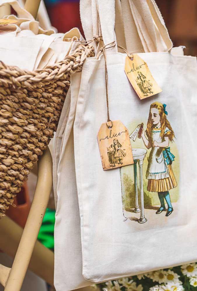 Se você quer fazer algo bem personalizado, contrate um profissional para fazer pinturas da personagem Alice do País das Maravilhas nas sacolas das lembrancinhas.