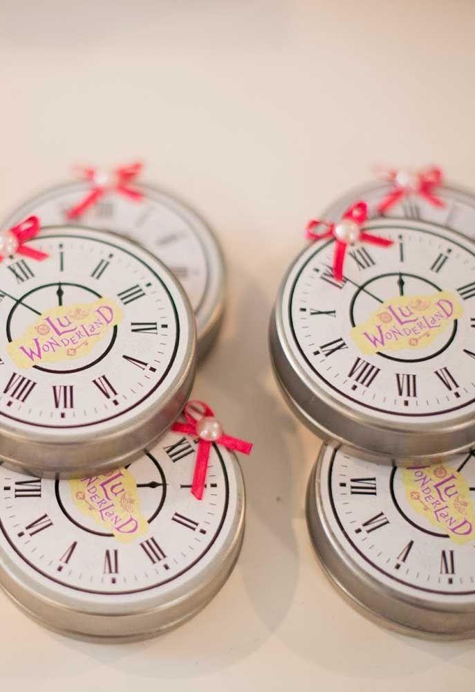 Personalize as embalagens das guloseimas com etiquetas no formato do relógio.