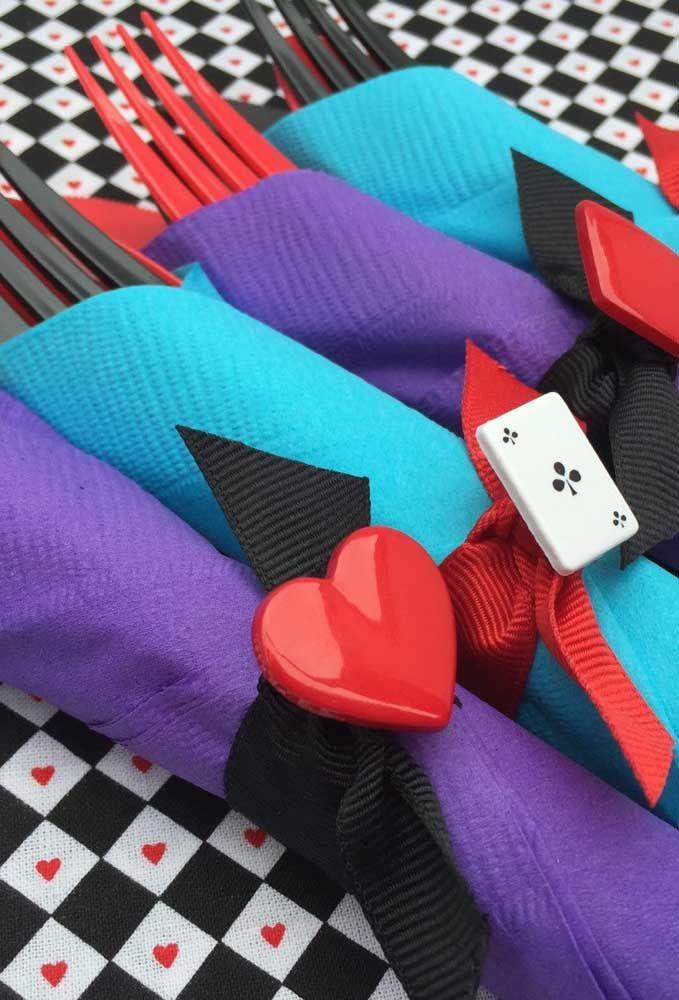 Use guardanapos coloridos para guardar os talheres e incremente com detalhes decorativos que estejam relacionados com o tema.