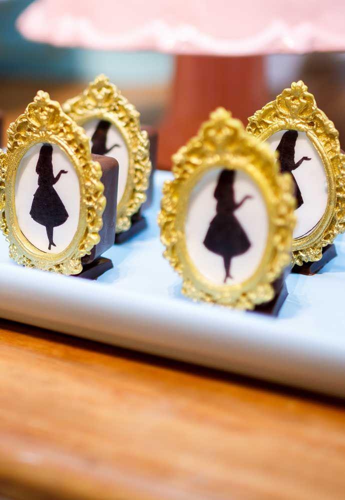 Faça alguns objetos em miniaturas para entregar aos convidados.