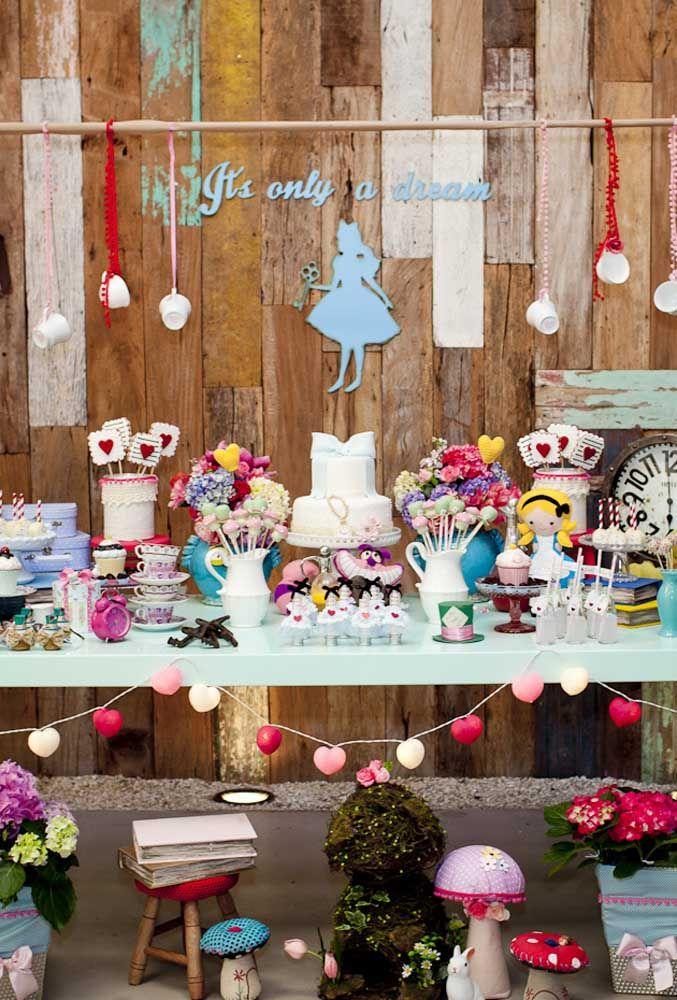 A festa Alice no País das Maravilhas pode seguir um estilo mais rústico. Basta usar uma parede feita toda de madeira.