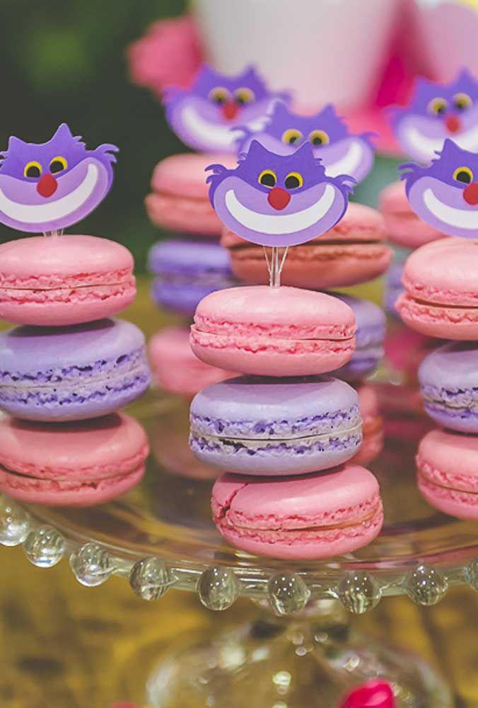 Os macarons são doces que não podem faltar nas festas infantis, mas faça uma decoração diferenciada para eles.