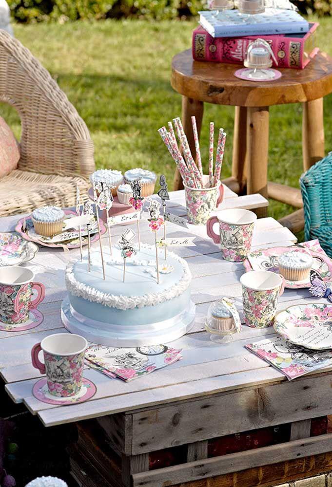 Use o tom de azul mais claro na hora de fazer o bolo com o tema Alice no País das Maravilhas.