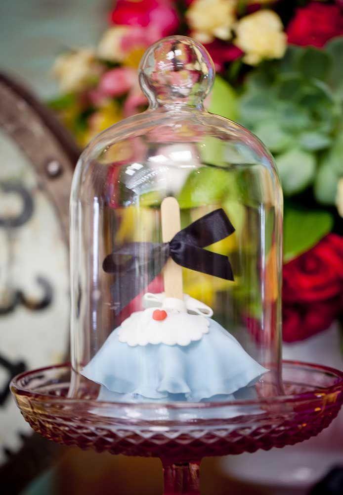 Outro mimo é esse cake pop no formato do vestido da Alice no País das Maravilhas, ainda mais sendo embalado nesse objeto transparente.