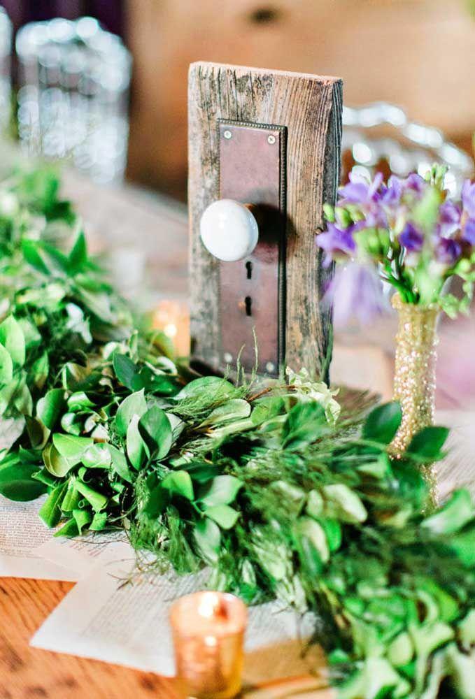 Use alguns itens de madeira e arranjos com folhas na hora de fazer a decoração com o tema Alice no País das Maravilhas.