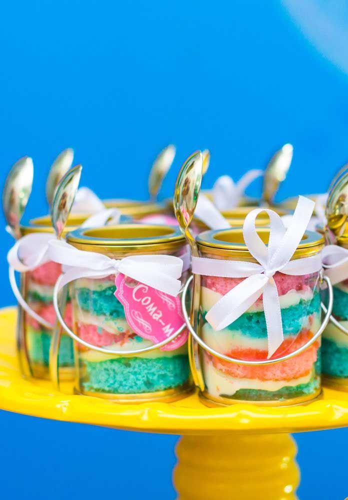Sirva as sobremesas em potes no formato de latas transparentes. As embalagens combinam muito bem com a decoração.