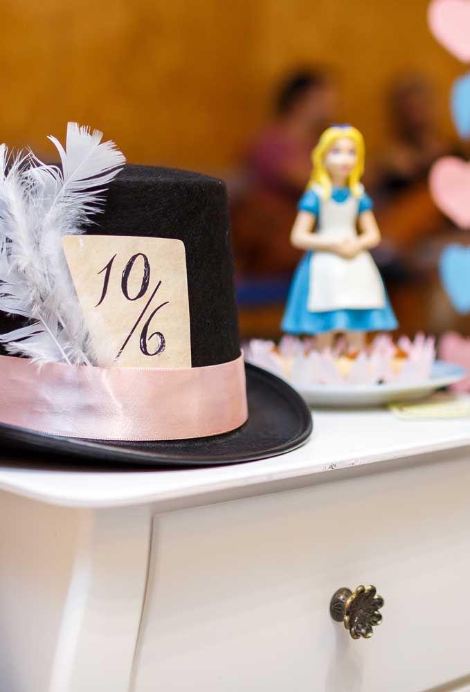 Elementos como chapéu e a boneca da Alice não podem faltar na decoração.