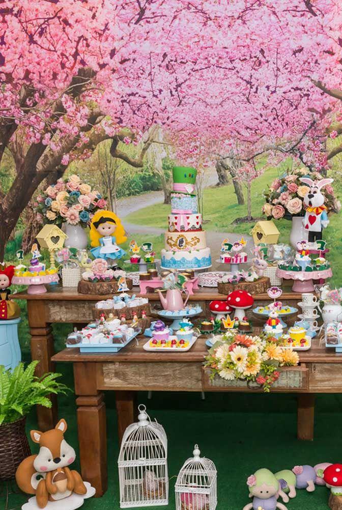 Prepare uma bela floresta encantada para ser o cenário da decoração da Alice no País das Maravilhas.